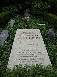 Braunschweig Hauptfriedhof Richard Dedekind 01.jpg
