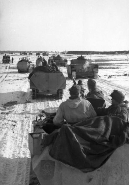 The relief attempt begins. Tanks and halftracks of 1st Panzer Division begin movements towards the pocket, early February 1944 Bundesarchiv Bild 101I-090-3913-24, Russland, Schutzenpanzer und Panzer im Winter.jpg