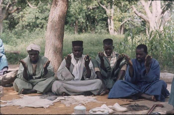 COLLECTIE TROPENMUSEUM Een marabout gaat voor in het gebed tijdens een naamgevingsfeest TMnr 20018270