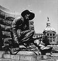 COLLECTIE TROPENMUSEUM Een van de vier beelden aan de voet van het Paul Kruger monument op Church Square TMnr 20014805.jpg