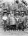 COLLECTIE TROPENMUSEUM Portret van een vrouw en kinderen uit Solok TMnr 60022836.jpg