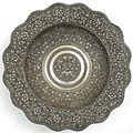 COLLECTIE TROPENMUSEUM Ronde gedreven zilveren schaal met Boma-kop-versiering TMnr 1774-1.jpg