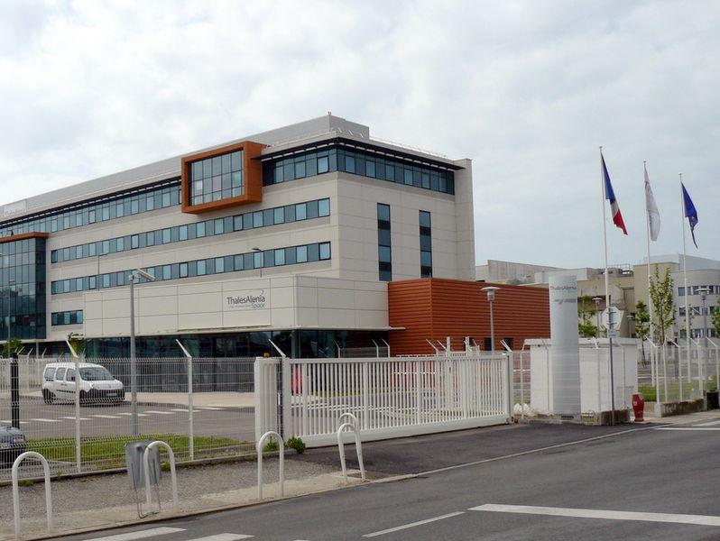Entrée du siège de la holding de Thales Alenia Space et établissement de Cannes de Thales Alenia Space France, à partir de mars 2013