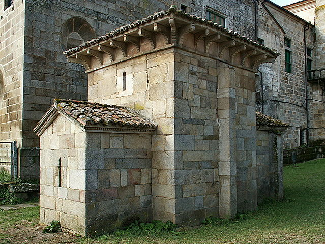 The chapel of San Miguel de Celanova, with the baroque walls of San Salvador behind it
