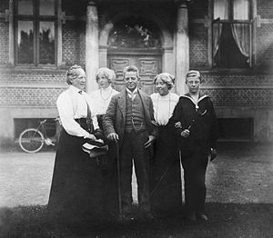 English: The Carl Nielsen family in the courty...