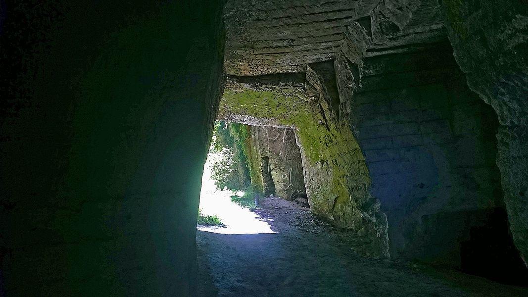 Entrée de l'ancienne carrière de pierre calcaire de la Postolle