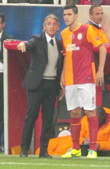 Mancini alla guida del Galatasaray nel 2013, a colloquio con Gülselam