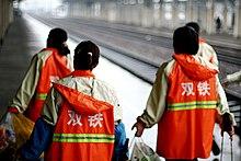 Reinigungskräfte an einem chinesischen bahnsteig