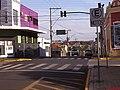 Cruzamento das ruas Washington Luiz e Aprígio de Araújo sentido bairro. Ao lado, a Biblioteca de Sertãozinho - panoramio.jpg