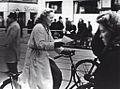 Cyklist læser en opsamlet illegal Frit Danmark løbeseddel (5712192765).jpg