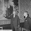 De voorzitter van de Eerste Kamer mr. J.A. Jonkman toont premier Ikeda het schil, Bestanddeelnr 914-5290.jpg