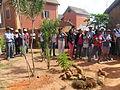 Des touristes autour de la pierre sacrée à Fonohasina Ambohidrabiby.JPG