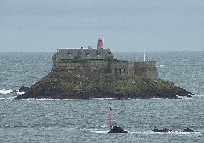 Fichier:Dinard Harbour fort.jpg