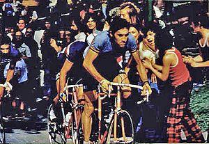 Photographie d'Eddy Merckx sur son vélo en plein effort en 1974