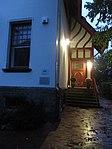 Eingang vom Jens-Jessen-Haus mit Gedenktafel links an der Mauer zur Nacht (Flensburg 2014-09-30), Bild 03.jpg