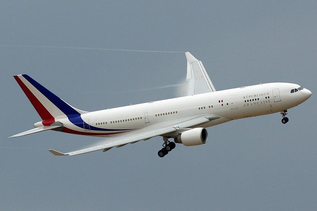 F-RARF, l'avion présidentiel français, en vol d'entrainement autour de la BA 105.