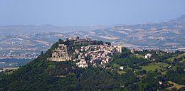 Fortezza di Civitella del Tronto vista dalla SP 52 (TE).jpg