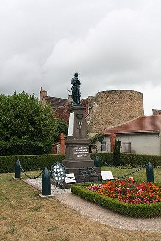 Ainay-le-Château - Image: Fortification Ainay le Château 009