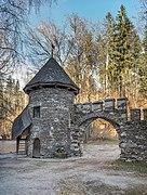 Frauenstein Schloss Wasserablaufschleusenturm und Zinnen-Tor 14122016 5659.jpg