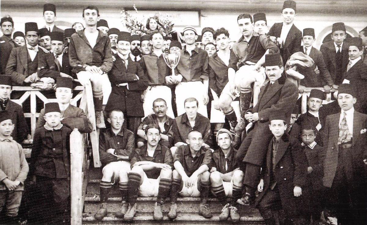 https://upload.wikimedia.org/wikipedia/commons/thumb/f/fe/Galatasaray_SK_1915-1916.JPG/1200px-Galatasaray_SK_1915-1916.JPG