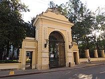 Golytsin estate (Znamenskiy lane) 01 mail gate - by shakko.JPG