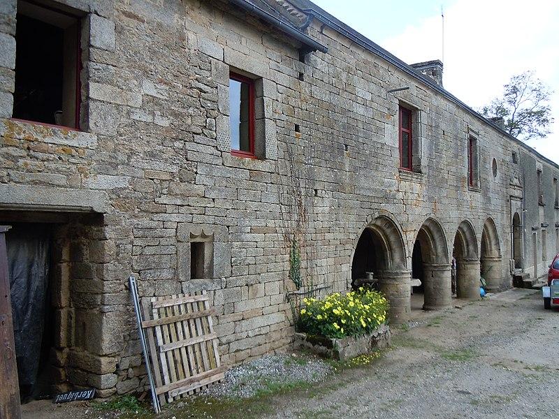 Manoir de Kerbiquet, vue de la galerie à arcades, commune de Gourin, département du Morbihan, France