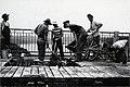 Groupe d'ouvriers travaillant sur le pont Jean-Florian Grenon, Alma (Québec).jpg