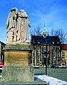 Het standbeeld gebr. Van Eyck en het stadhuis (voor restauratie) - 360910 - onroerenderfgoed.jpg