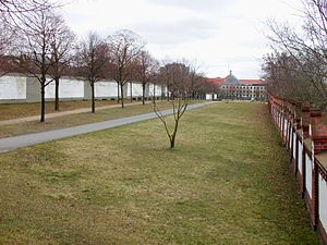 Invalids' Cemetery - Former death zone (Todesstreifen) in the cemetery with the rest of the Berlin Wall (Hinterlandmauer - left), right: the western wall of the cemetery