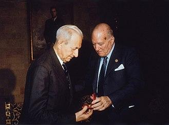 Joan Coromines - Joan Coromines receiving the Gold Medal of the Generalitat of Catalonia from Josep Tarradellas (1980).