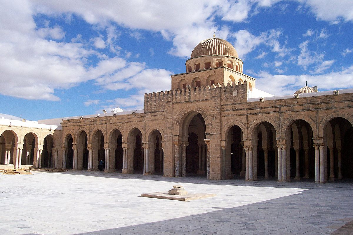https://upload.wikimedia.org/wikipedia/commons/thumb/f/fe/Kairouan_Mosque_Courtyard.jpg/1200px-Kairouan_Mosque_Courtyard.jpg