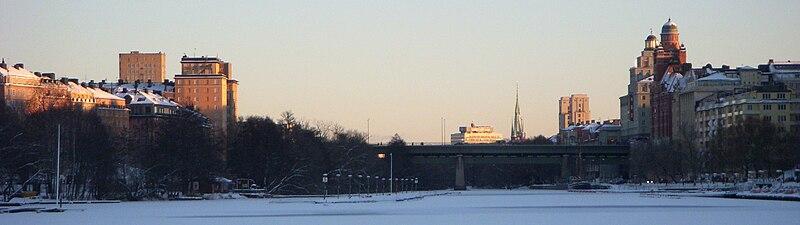 Panorama over Karlbergssøen mod øst med Sankt Eriksbrons fire portalbygninger i december 2005.   Fra venstre (ved broens nordlige side) ses Porcelænsbrugen 29 og Lokomotivet 1 samt (ved broens sydlige side) Sportspaladset og Sankt Erikspalatset.   I baggrunden skimter yderligere to portalbygninger på Sankt Eriksområdet som blev opført mellem årene 1995 og 1998.