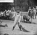 Kinderen brengen vakantie door in stad. Jongetje veegt hertekooi aan, Bestanddeelnr 912-7949.jpg