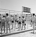 Kinderen die in de openlucht douchen, Bestanddeelnr 255-1963.jpg