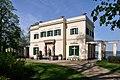 Klein-Glienicke Casino von Ost mit Antikenbank.jpg