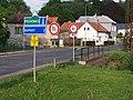 Kuří, dopravní značky před mostem.jpg