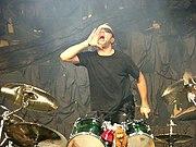 Lars Ulrich hinter seinem Schlagzeug 2004