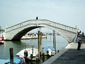 Il ponte Vigo è l'ultimo ponte ad attraversare, a ridosso della laguna, il Canal Vena