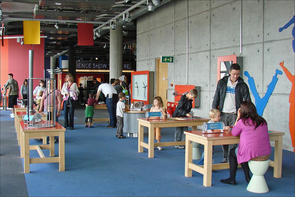 A l'intérieur du Glasgow science center avec des expériences à réaliser avec les plus petits. Photo de Jean-Pierre Dalbéra