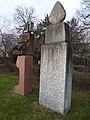 Lorenz Balmer (1916–2004), Helene Balmer (1926), Frau mit Weihgabe und Wächter, 1993, Friedhof am Hörnli, Basel.jpg