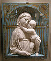 Luca della robbia, madonna col bambino in una nicchia, 1460 circa.JPG