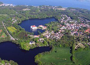 Luftbild Stadt Glücksburg (Ostsee) an der Flensburger Förde mit dem Glücksburger Wasserschloss