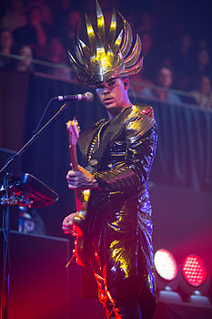 Luke Steele degli Empire of the Sun in concerto nel 2013