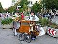 München, Straßenmusikant, Drehorgel.jpg