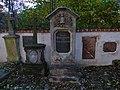 Malostranský hřbitov, náhrobky u jižní zdi poblíž domu čp. 164.jpg