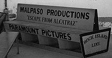 Photographie d'un banc construit par la Malpaso pour la distribution de L'évadé d'Alcatraz: y est inscrit, dessus, «Malpaso Productions» ou encore «Escape from Alcatraz» ainsi que «Paramount Pictures»