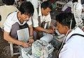 Mandalay-Jademarkt-08-Schleifer-gje.jpg