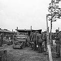Mannen in de rij voor de gaarkeuken, Bestanddeelnr 900-3397.jpg