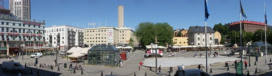 Borgerpladsen, vy mod nord fra Medborgerhusets trappe i juni 2010.   Fra venstre:   Södermalms torvehal, bag denne Syd Tårnes andelsboligforening, i billedcentrum bygningen Göta Arkhuset med ventilationsskorstenen til Söderledstunneln, til højre ses Lillienhoffska paladset