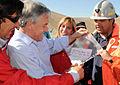 Mina San José -Piñera con mensaje de mineros atrapados(2).jpg